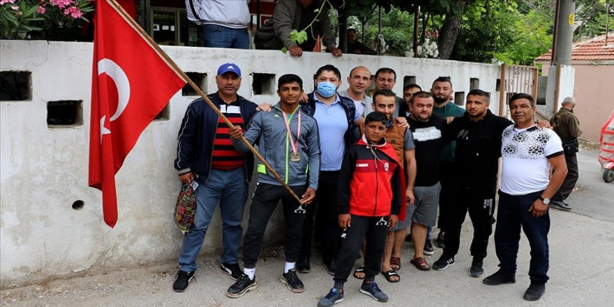 Milli takıma seçilen 12 yaşındaki güreşçi Antalya dönüşü mahallesinde coşkuyla karşılandı