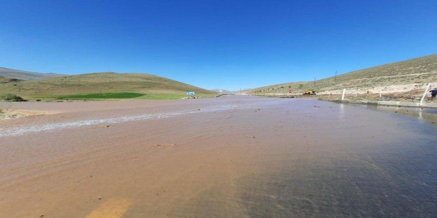 Su borusu patladı, yollar göle döndü!