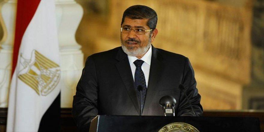 Mahkeme salonunda vefatının 2. yılında Muhammed Mursi