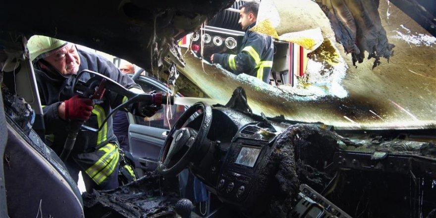 Darıca ilçesinde park halindeki otomobil bir anda alev alev yandı