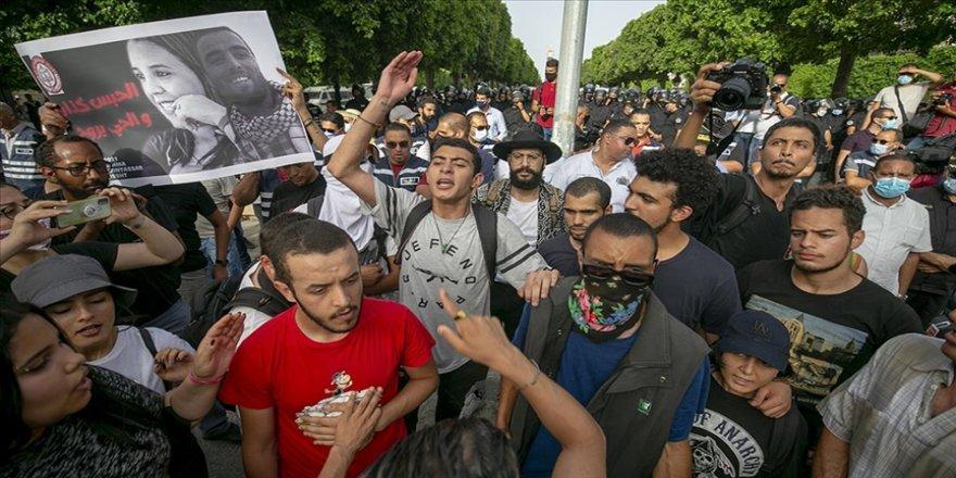 Tunus'ta, polisin göstericilere yönelik müdahalesi protesto edildi