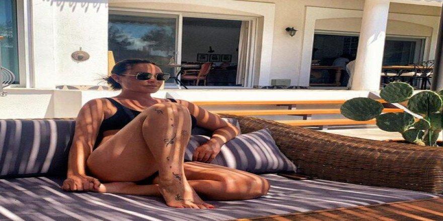 Hülya Avşar bikinili pozuyla gençlere taş çıkarttı