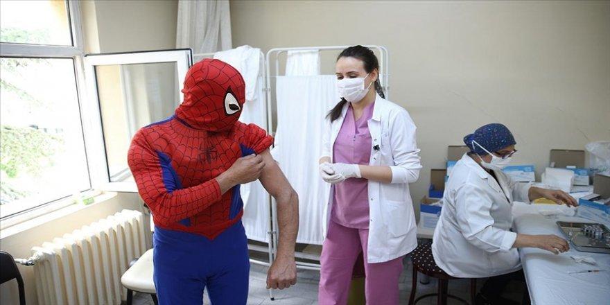 Eskişehirli 'Örümcek Adam' kostümüyle gittiği merkezde Kovid-19 aşısı oldu