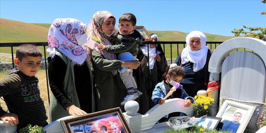 Terör örgütü PKK'nın katlettiği babasının mezarı başında buruk doğum günü