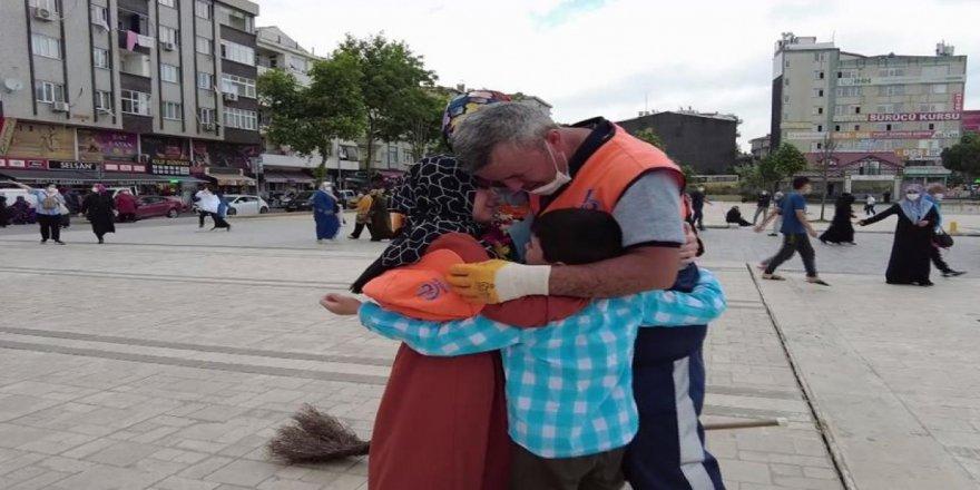Bağcılar'da temizlik görevlisi babaya çocuklarından ağlatan Babalar Günü sürprizi