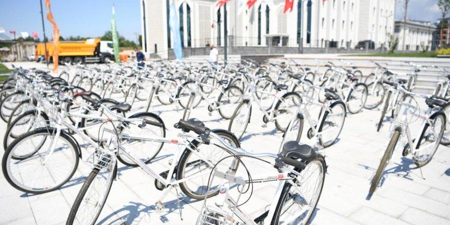 Öğrencilere bisiklet hediye etti
