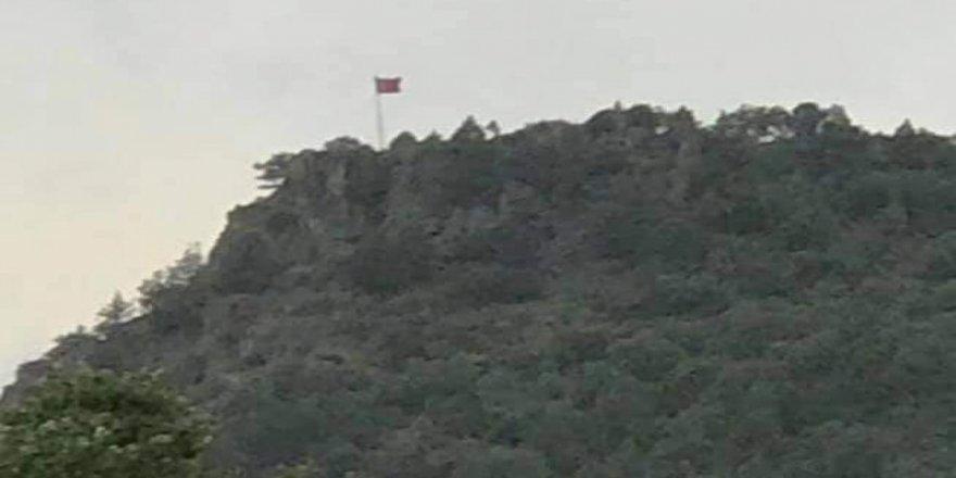 Türk bayrağını zirveye diktiler