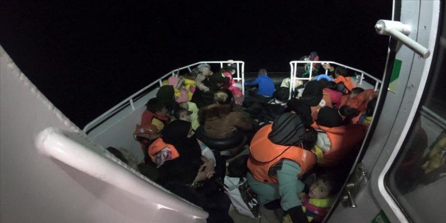 Ayvalık açıklarında lastik botta bulunan 49 düzensiz göçmen kurtarıldı