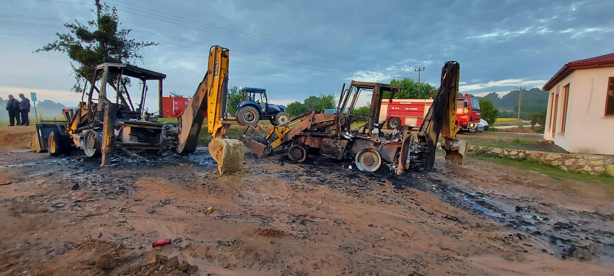 Park halindeki üç İş Makinası kundaklanarak ateşe verildi