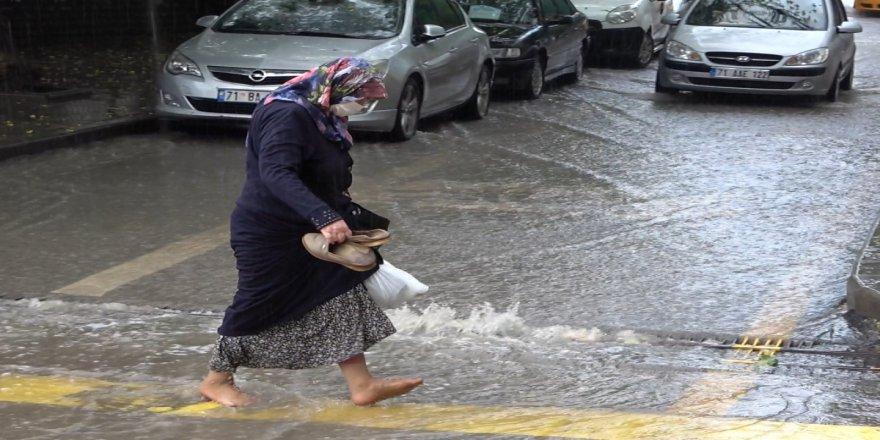 Şiddetli yağmur Kırıkkale'de yolları göle çevirdi