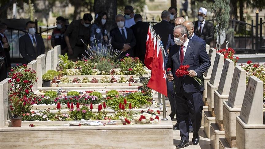 TBMM Başkanı Mustafa Şentop, 15 Temmuz Demokrasi Şehitliği'ni ziyaret ederek, şehitlerin kabrine karanfil bıraktı.