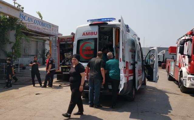 Gebze'de iş yerinde çıkan yangında 2 kişi dumandan etkilendi