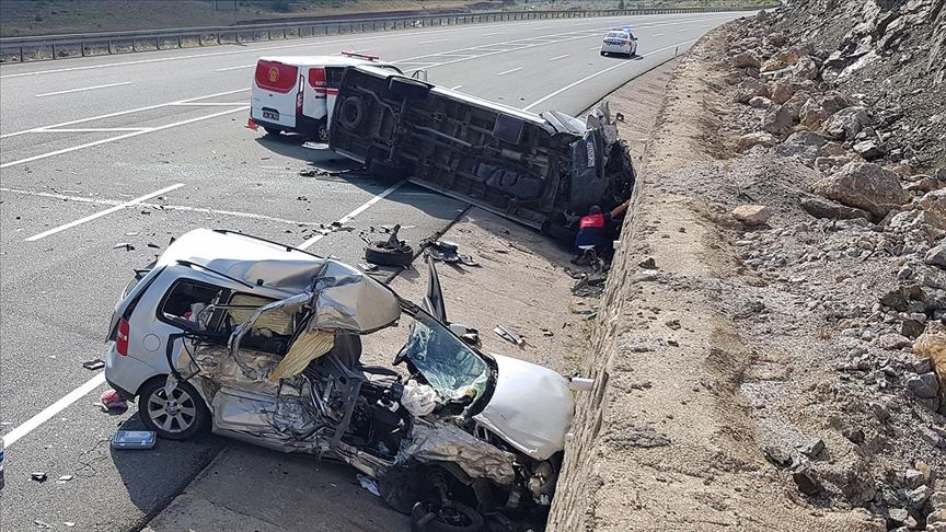 Bayram tatilinin ilk 4 gününde yurt genelinde trafik kazalarında 17 kişi yaşamını yitirdi, 124 kişi yaralandı