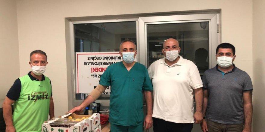 İzmit Belediyesi'nden sağlık çalışanlarına meyve ikramı