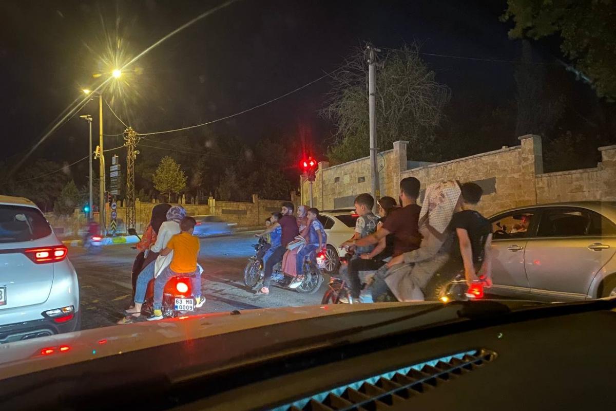 Şanlıurfa'da 3 motosiklette 15 kişi yolculuk etti