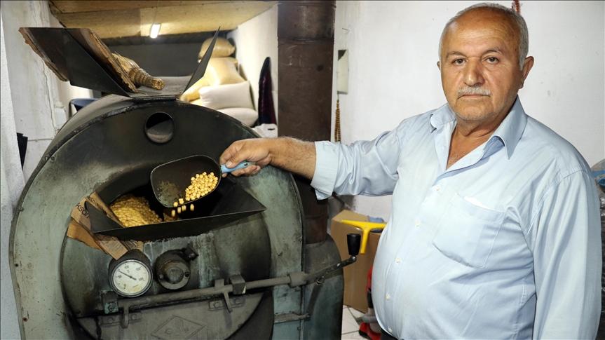Leblebi üretimini üç kuşaktır eski teknikle sürdürüyor
