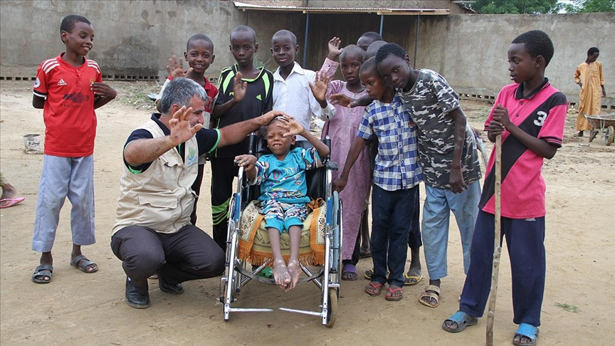Çad'da bedensel engelli çocuğa Türkiye'deki hayırseverlerin bağışıyla tekerlekli sandalye sürprizi