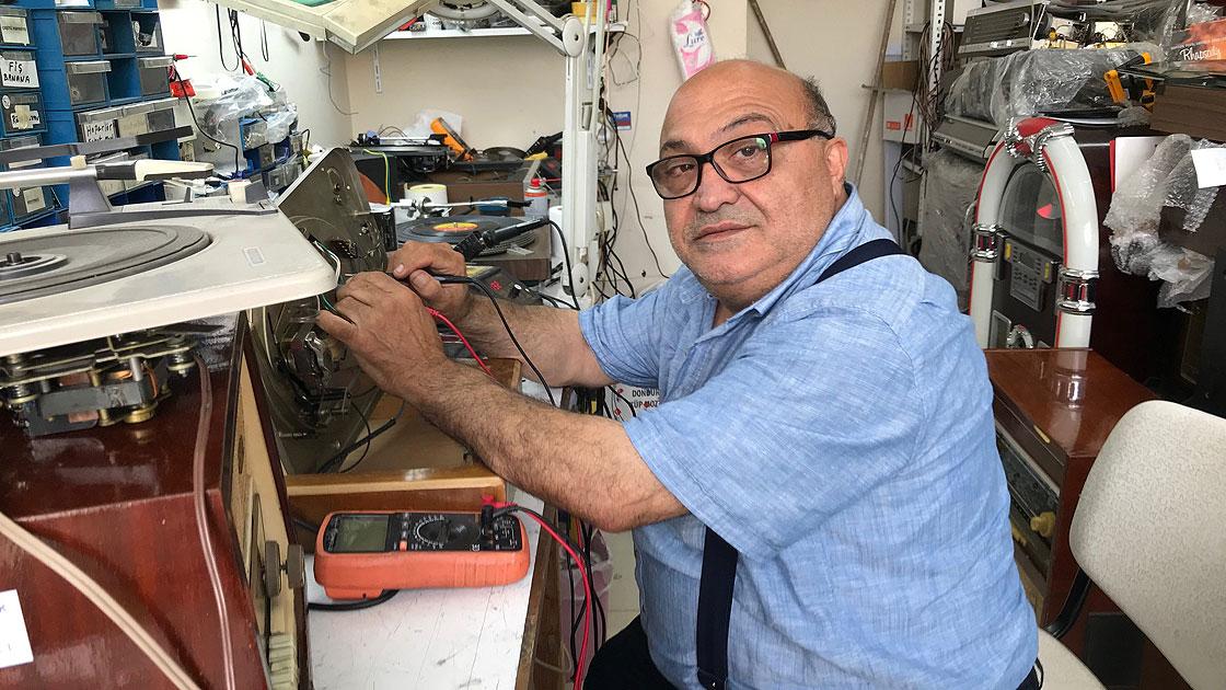Antika radyo ve pikaplar Arto Usta'nın elinde yarım asırdır yeniden hayat buluyor