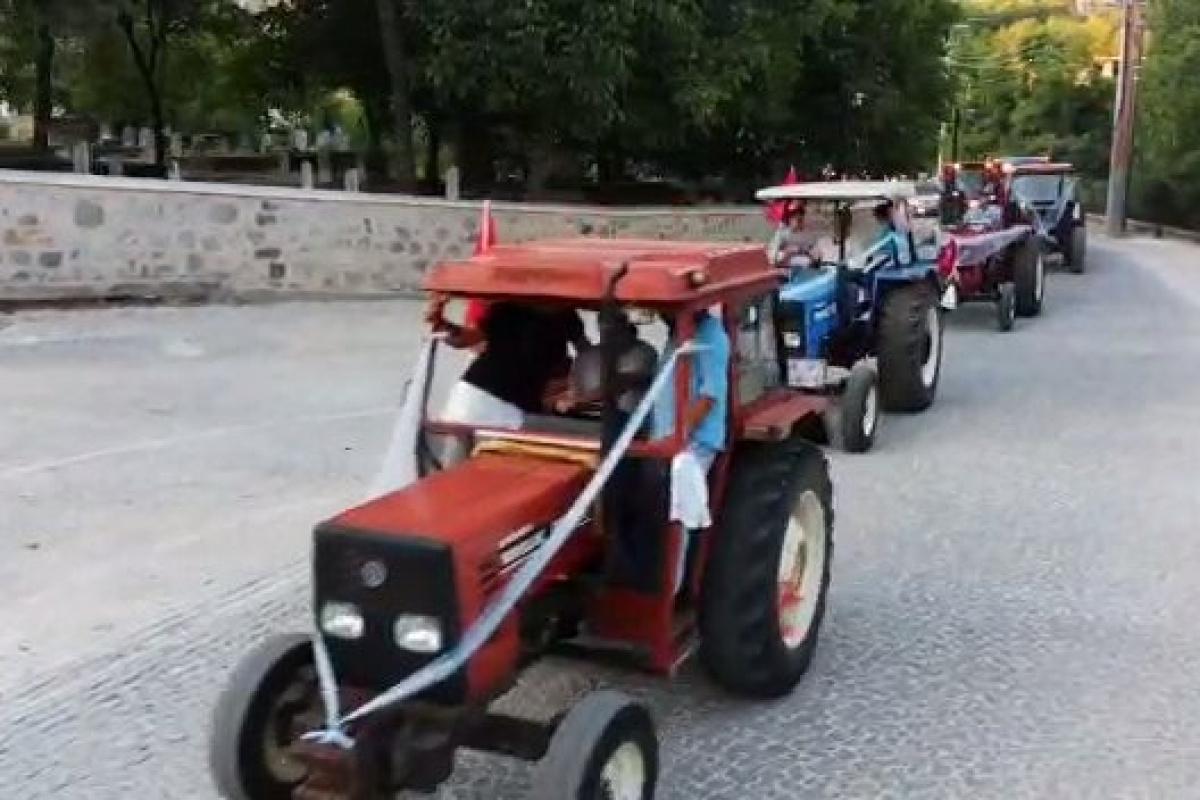 Çiftçi ailenin sünnet düğününde otomobiller yerlerini traktöre bıraktı