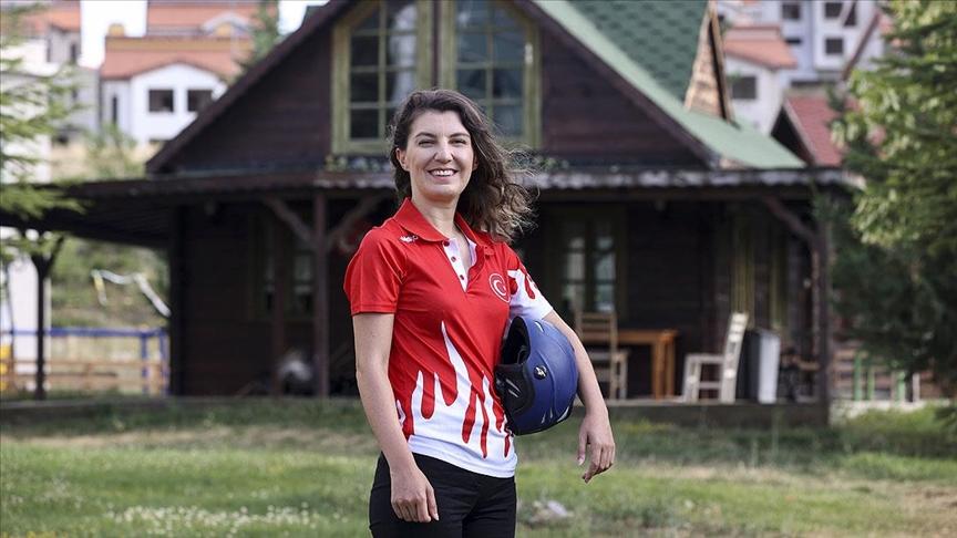 Milli paraşütçü Merve Gülşah Arslan'dan 'uçuş rekoru'