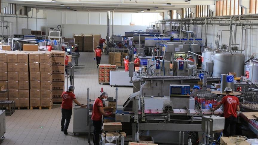 Seyyar satıcılıkla başladığı iş hayatında fabrika kurarak 350 kişiye istihdam sağladı
