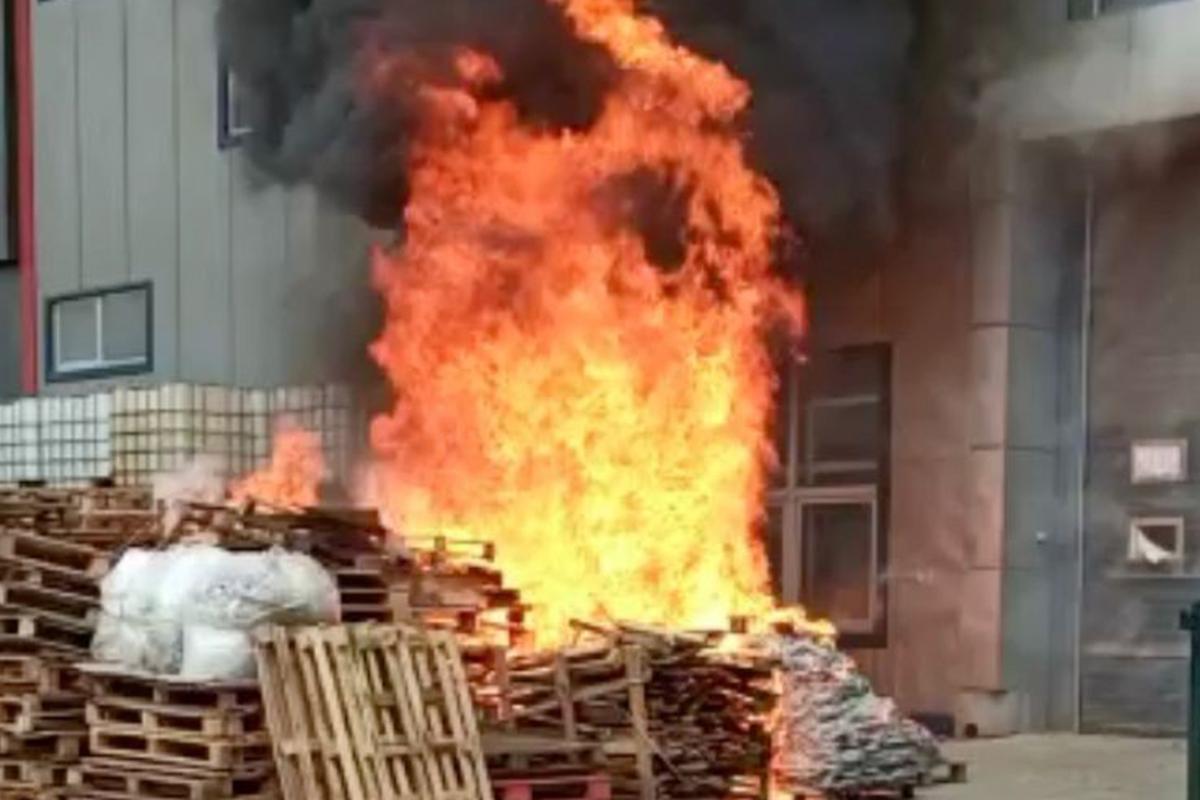 Tuzla'da kozmetik fabrikasında yangın çıktı