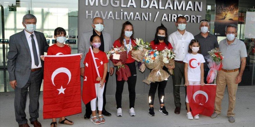 Dünya şampiyonu güreşçi Selvi İlyasoğlu, Muğla'da çiçeklerle karşılandı