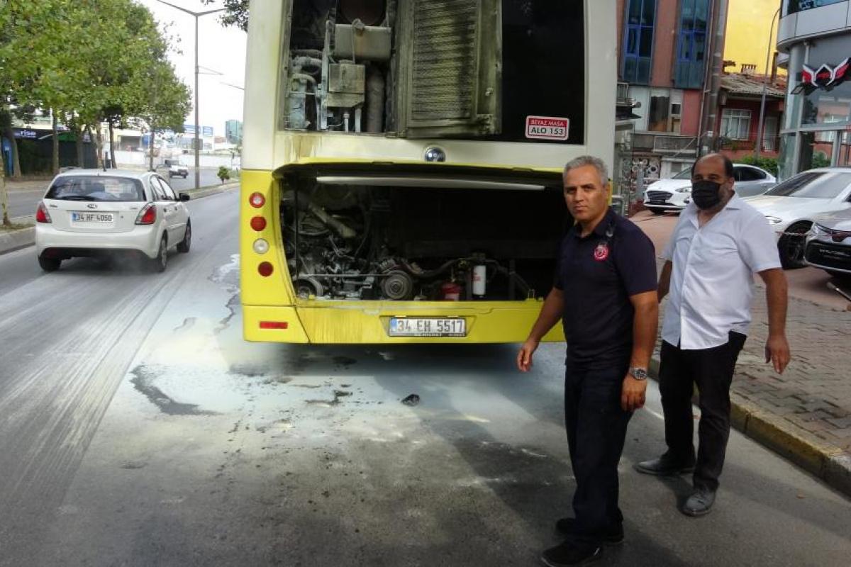 Ataşehir'de 15 yolcusu olan otobüsün motorunun yandığı anlar kamerada