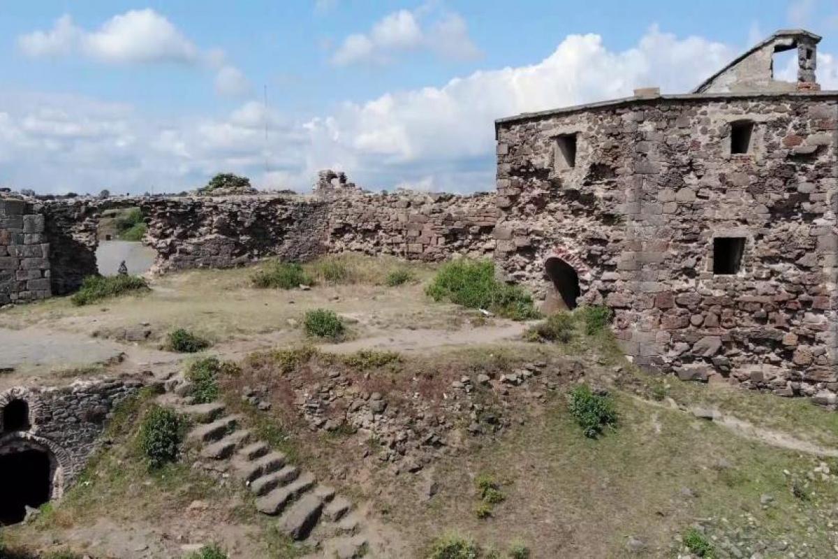 Tarihi Rumeli Feneri Kalesi ahıra döndü