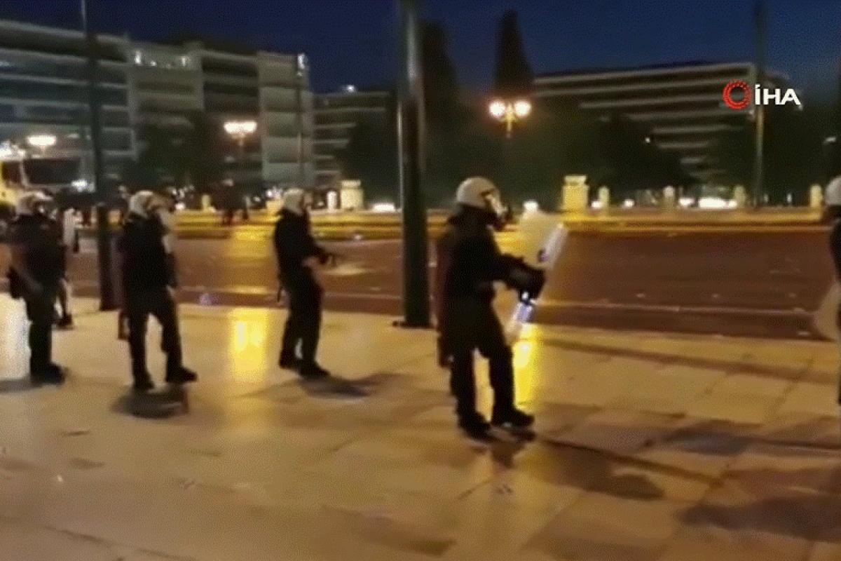 Atina'da aşı zorunluluğuna karşı düzenlenen protesto çatışmaya dönüştü