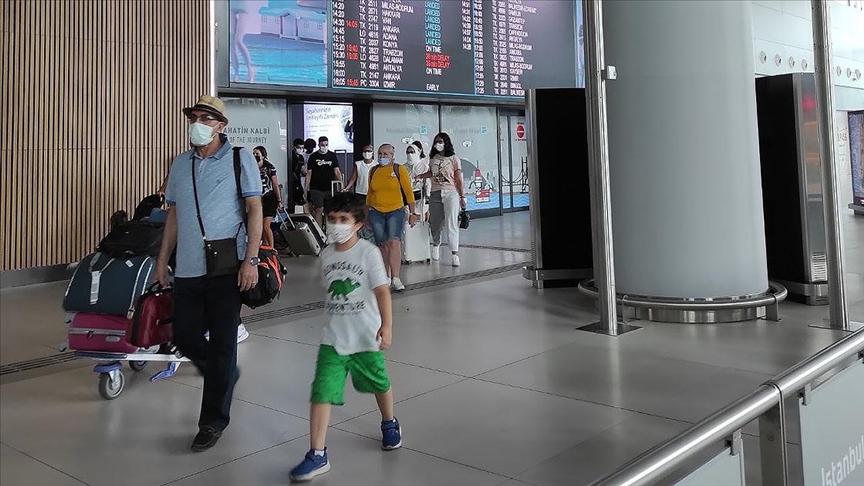 İstanbul'daki havalimanlarında Kurban Bayramı tatili dönüş yoğunluğu devam ediyor