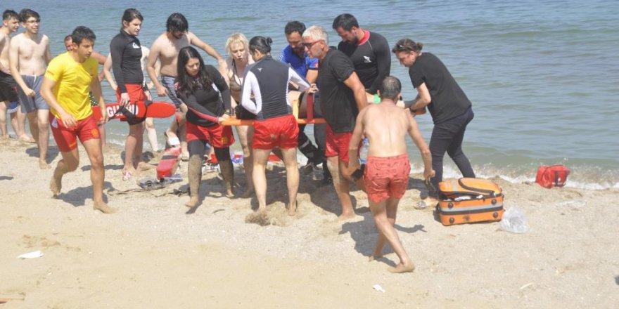 Dalgalı denizde dalgalara kapılan vatandaşları boğulmaktan böyle kurtardılar