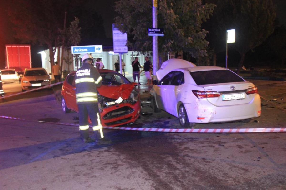 İki otomobil kafa kafaya çarpıştı: 2'si çocuk, 6 yaralı