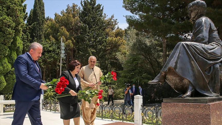 Şentop, Bakü'de Haydar Aliyev'in anıt mezarını, Şehitler Hıyabanı'nı ve Bakü Türk Şehitliği'ni ziyaret etti