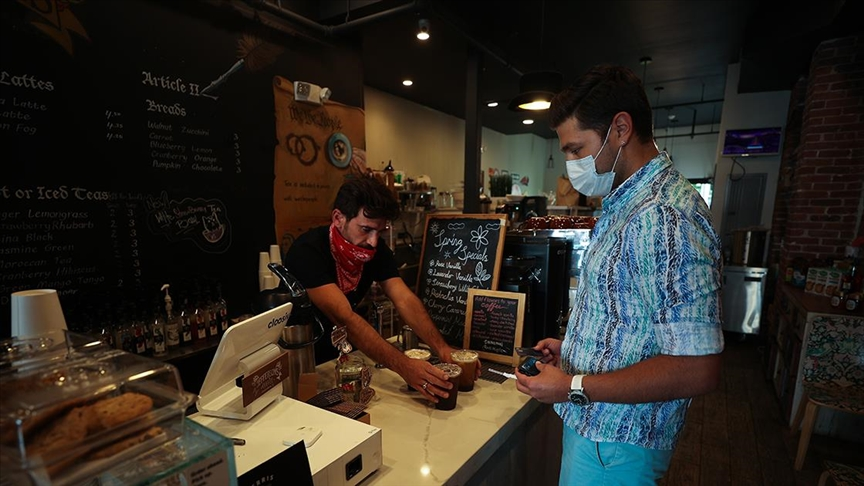 ABD'de sağlık yetkilileri Kovid-19'la mücadelede 'iç mekanlarda maske kullanımı' tavsiyesine geri döndü