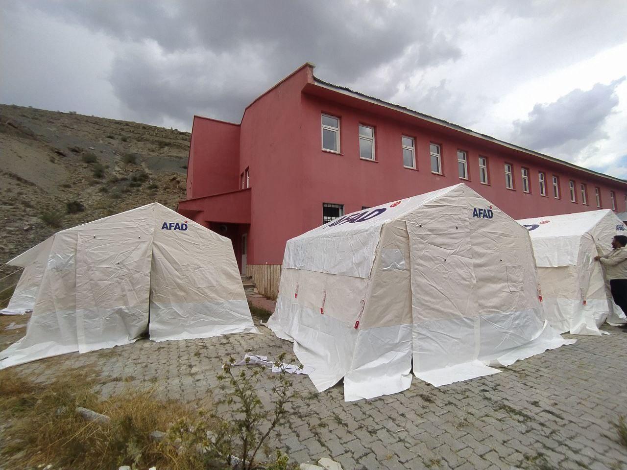 Van'da sel mağdurları için çadır kuruluyor