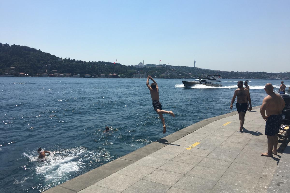 Serinlemek isteyenler İstanbul Boğazı'nda denize girdi