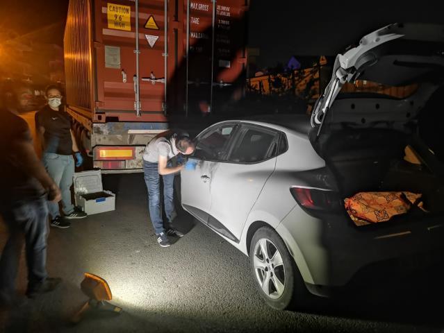 Gebzede Polisten kaçan şüpheliler kullandıkları çalıntı aracı terk edip ortadan uzaklaştı