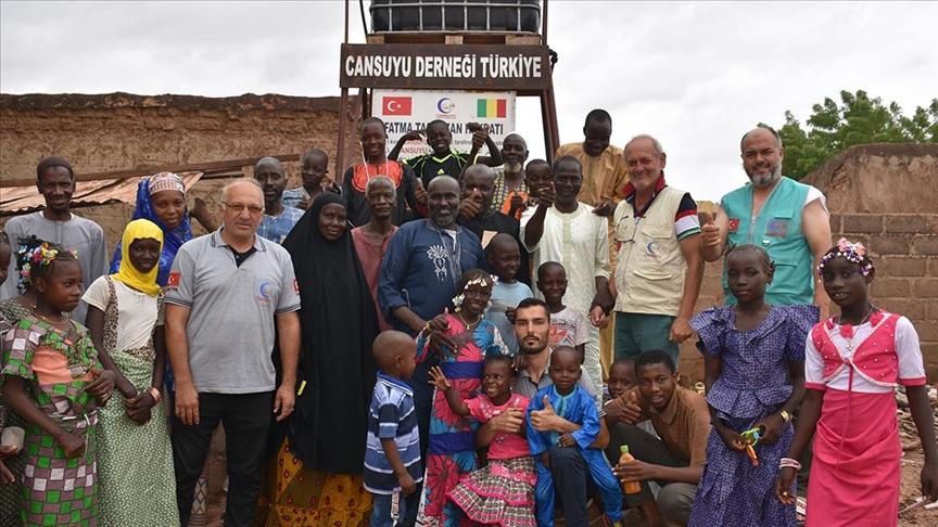 Hayırseverlerin desteğiyle açılan kuyular Afrikalılara 'can suyu' oldu