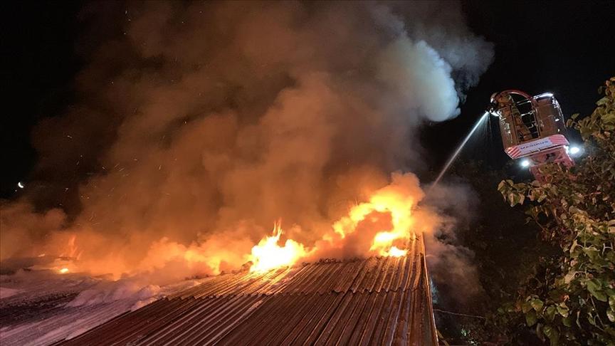 İstanbul'da bir cam atölyesi çıkan yangında kullanılamaz hale geldi
