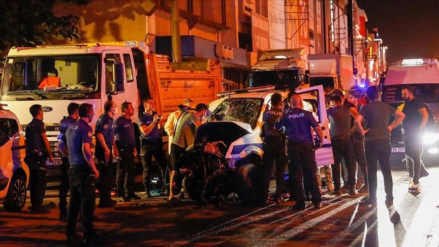 İzmir'de polis aracıyla otomobilin çarpışması sonucu 1 polis şehit oldu