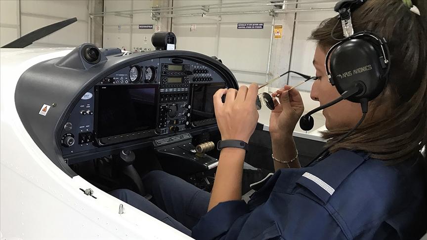 Pilotaj bölümünün kız öğrencileri, planör ve tek motorlu uçaklarla göreve hazırlanıyor