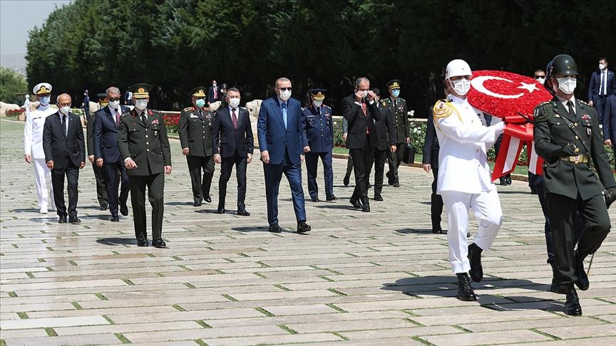 Cumhurbaşkanı Erdoğan başkanlığındaki YAŞ üyeleri Anıtkabir'i ziyaret etti