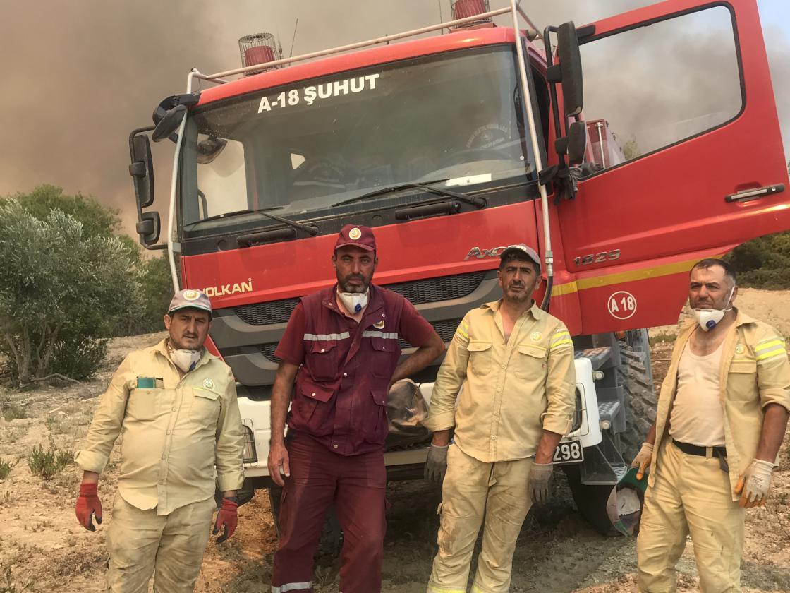 Gözleri duman ve uykusuzluktan kızaran 'alev savaşçıları' yangını söndürmekte kararlı