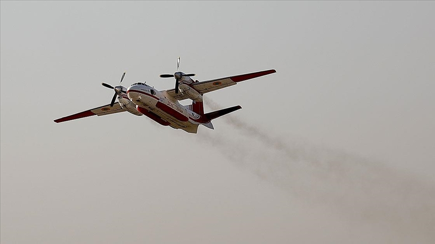 Antalya ve Muğla'da etkisini sürdüren orman yangınlarında metrelerce yükselen alevlere yaklaşıp tonlarca su bırakan uçakların zorlu mesaisi sabahın ilk ışıklarıyla yeniden başladı.