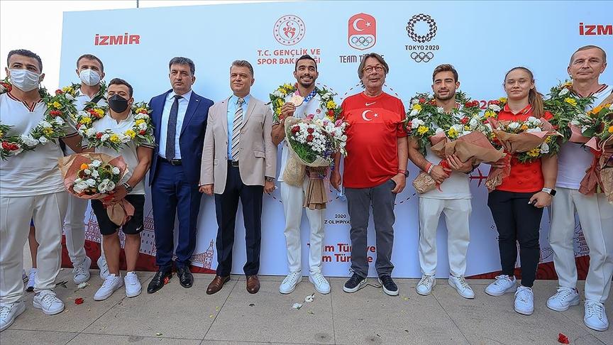 Olimpiyatta bronz madalya kazanan Arıcan'ın da aralarında olduğu cimnastikçiler, İzmir'e geldi