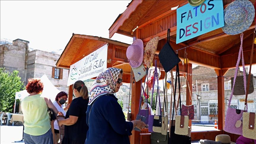 Bu pazarda sadece kadınların el emekleri satılıyor