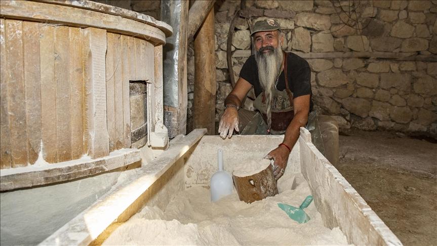 Tuncelili iş insanı 'Babamın kokusu var' dediği asırlık su değirmeninde doğal yöntemlerle un üretiyor
