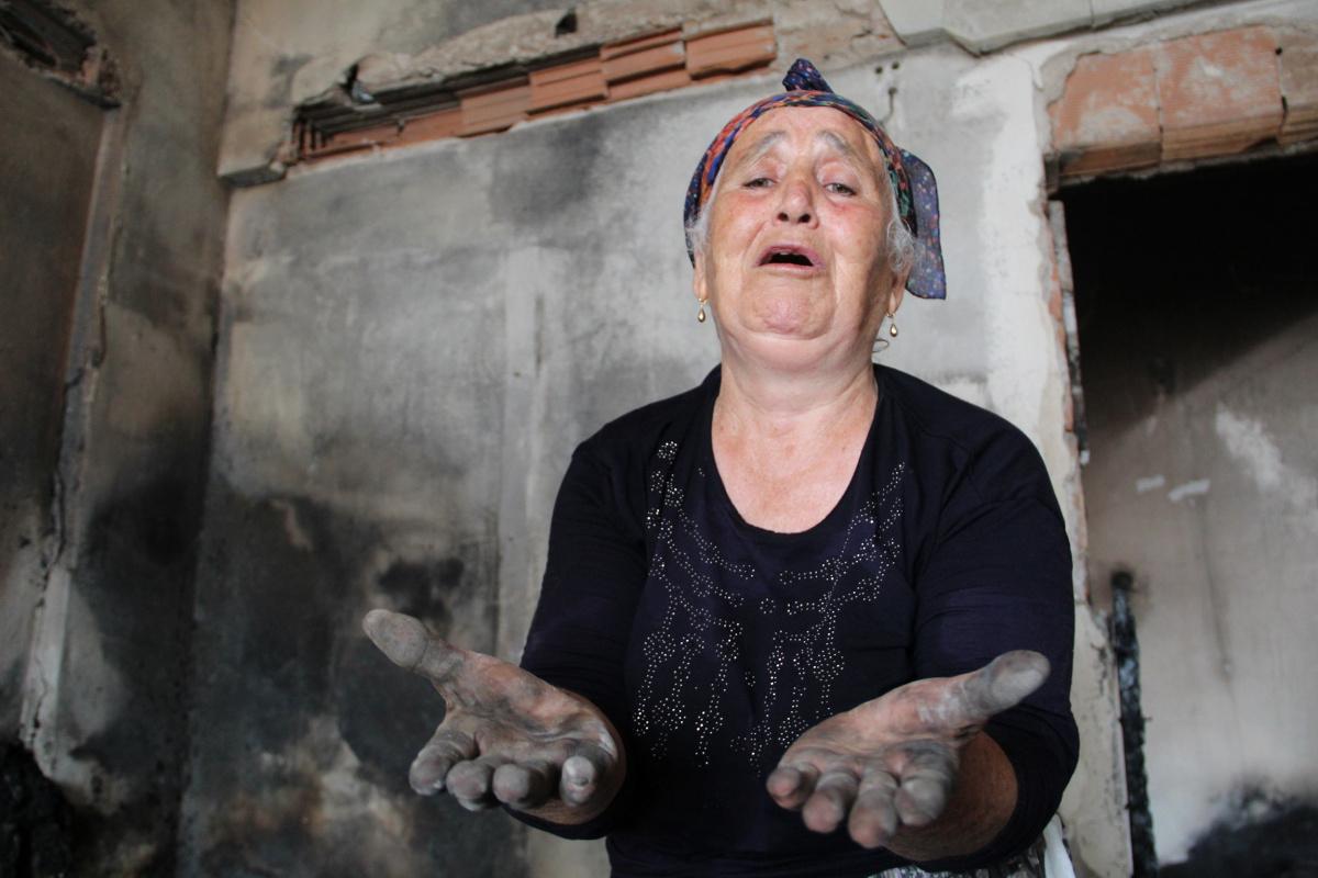 Yaşlı kadın, yanan evini görünce gözyaşlarını tutamadı