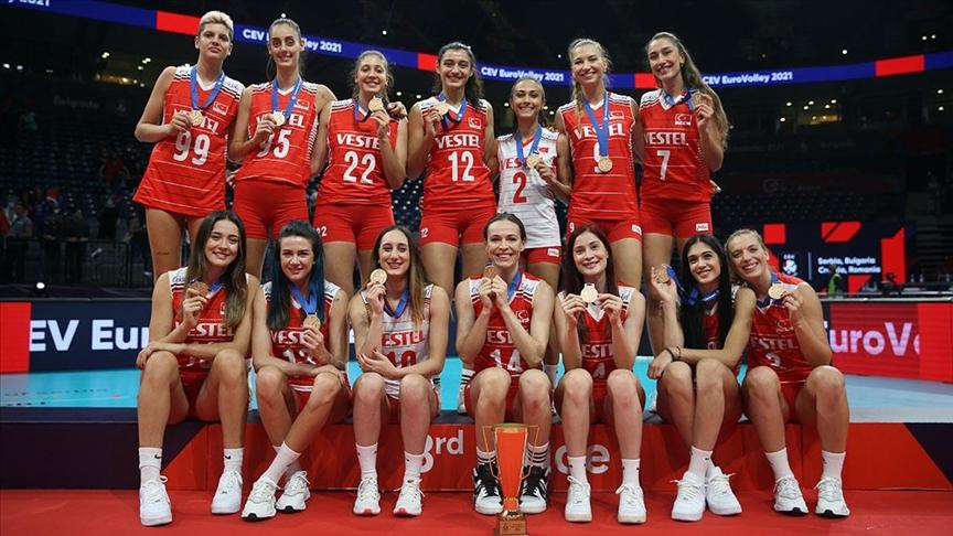 Avrupa Şampiyonası'nda bronz madalya kazanan 'Filenin Sultanları' İstanbul'a geldi